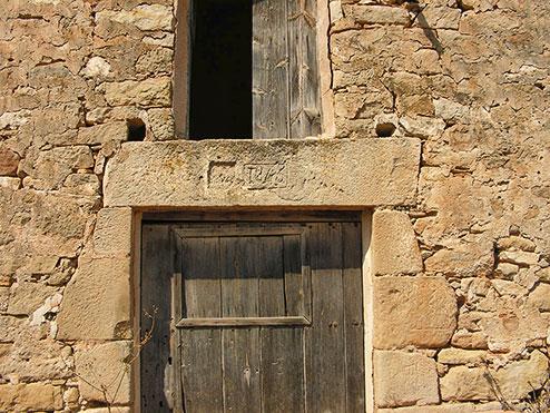 Sobre el dintel de la puerta de Mas de Madelenes se conserva la fecha 1845